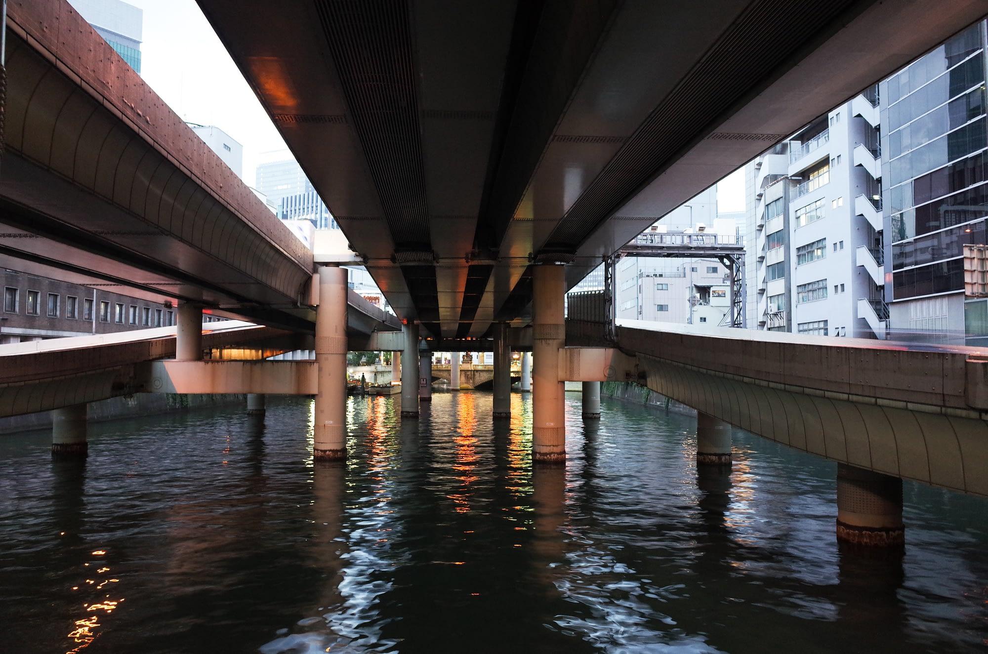 川に突き刺さる高架。