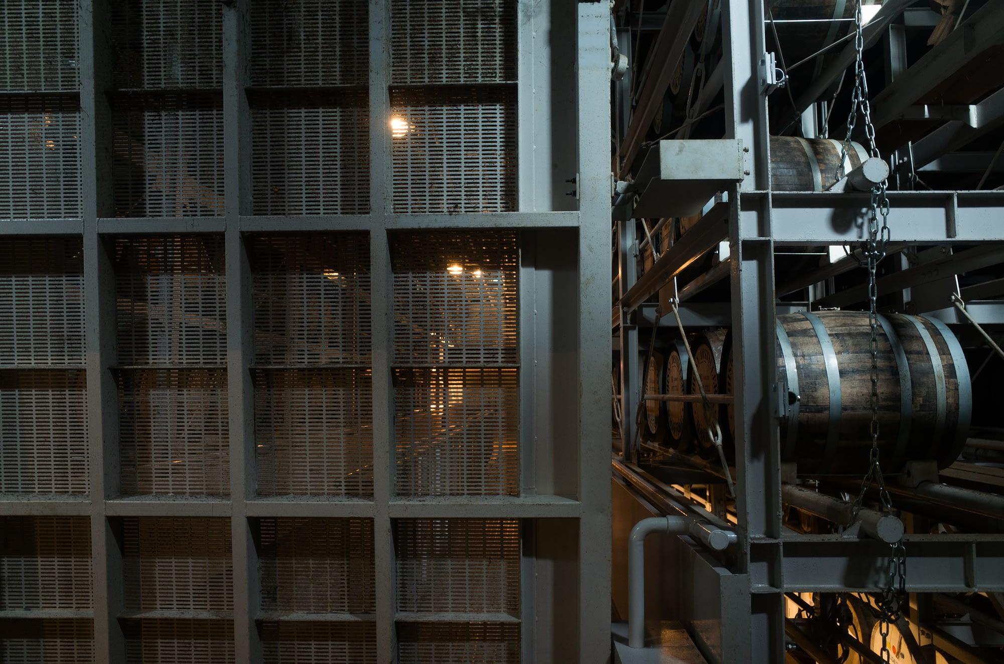 樽の倉庫。思ったよりサイバーな雰囲気でした